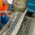 Un geologo studia le carote estratte da un sondaggio